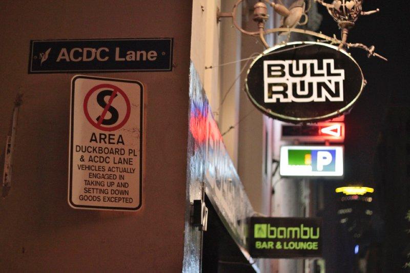 een optie om goede muziek te horen, tegen jammer genoeg een veel te hoge prijs, was een rockbar in de straat met de toepasselijke naam, ACDC lane!