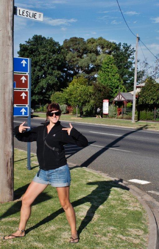 de trip naar Adelaide kon niet vertrekken vooraleer Leslie zou poseren in de straat met haar naam die we on the road passeerden...