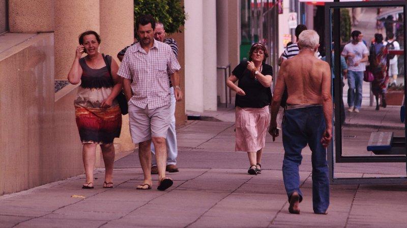 en af en toe zie je een halfnaakte barefoot aussie door de stad dwalen...