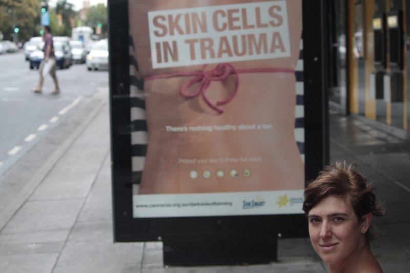 Leslie poseert onwetend in een lokale preventiecampagne...