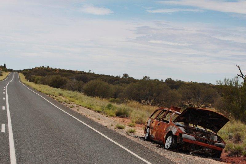 meer dan eens zie je een wrak langs de weg. Achteraf bleek de reden te zijn dat het simpelweg te veel kost om een auto in panne naar zijn thuis te slepen, omwille van de immense afstanden...