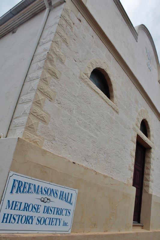 In de kleine stadjes van de (Southern) Flinders Ranges zie je regelmatig een tempel van de vrijmetselaars opduiken. Ook in de rest van Australië zie je die open en bloot in het straatbeeld opduiken.