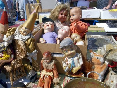 AU_Vienna - old dolls in flea market