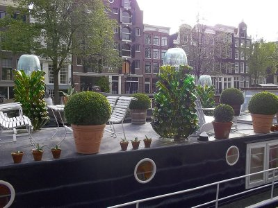 NL_Amsterdam: there are boats that used as someone&#39;s houses.