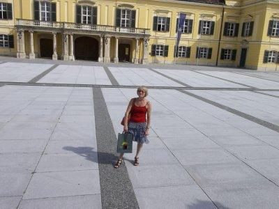 AU_Nina in the square, in Laxenburg
