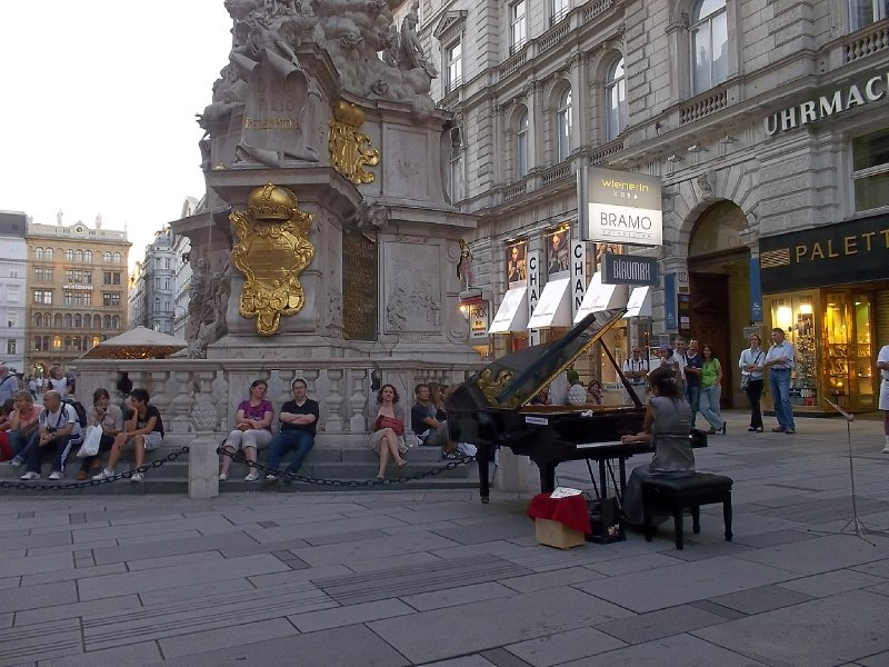 Vienna_1st district_piano at Graben (2)