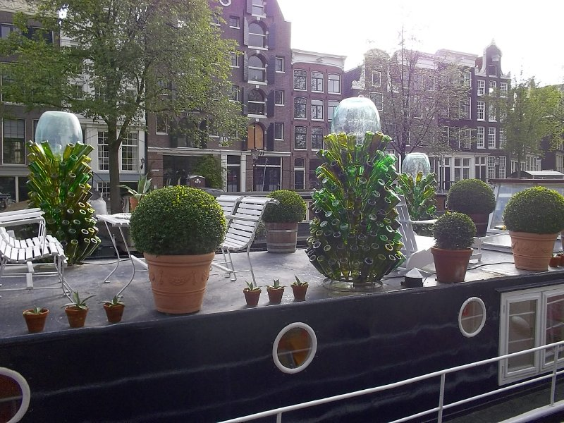 NL_Amsterdam: there are boats that used as someone's houses.