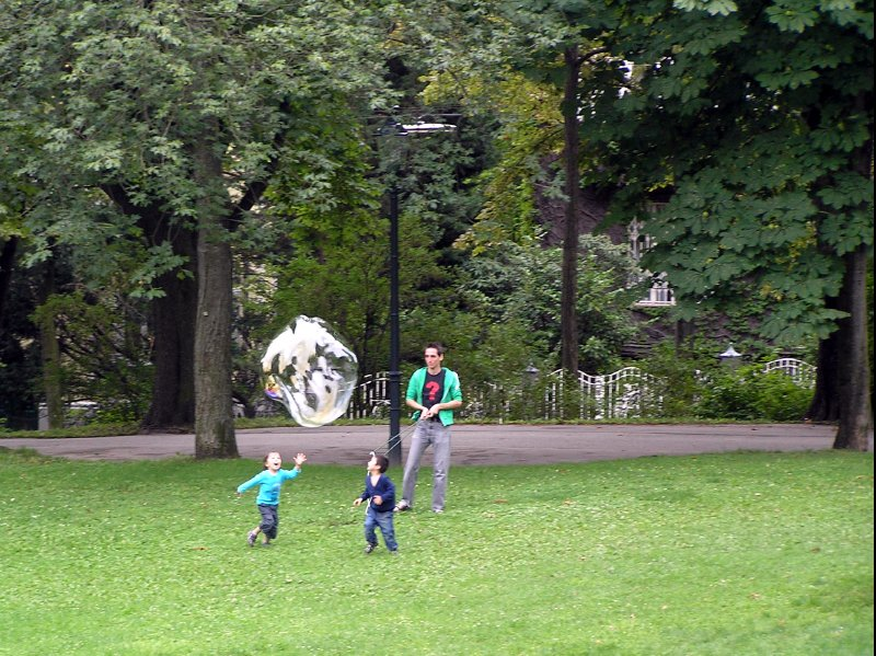 AU_Vienna - children, running after bubble in Turkensatzpark