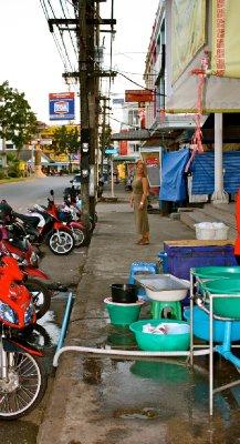 Typisk syn i Maharad Road, oppvask og mopeder på fortauskanten