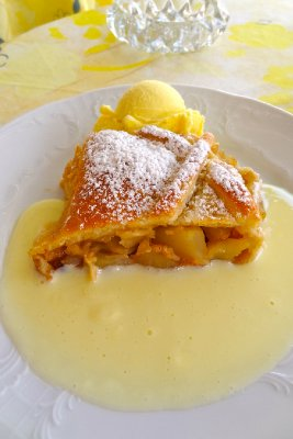 Cafe Braun Apple Strudel