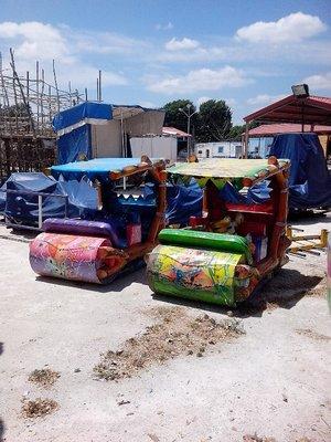 Fred Flinstone rides awaiting los niños