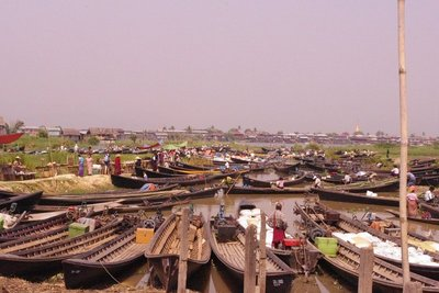 I don't think we were the only people who wanted to go to the market. Hope we can remember where we parked our boat...