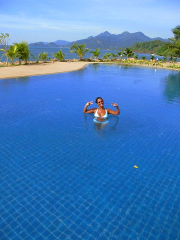 Coral Resort - Dawn fighting for space in the pool
