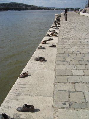 shoes_by_the_danube.jpg