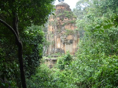 Above: This temple seen through the trees is either Prasat Bei or Baksei Chamkrong. The photo was taken on the way up Phnom Bakheng.