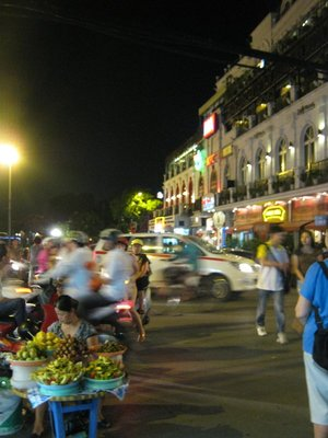 streets hanoi at night