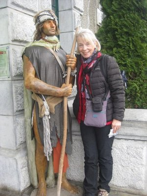 Helen posing with the statue near Funicular