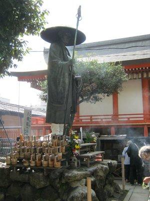 Toji flea market Kukai statue