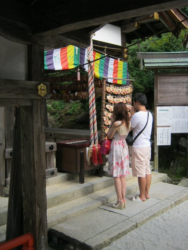 couple praying at kamigamo