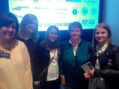 På konferanse med Gro: Lene Tollefsen Rodegård frå Nes (nummer to frå venstre) heldt foredrag under Nobel Fredsprisforums konferanse i USA. Det gjorde også Gro Harlem Brundtland