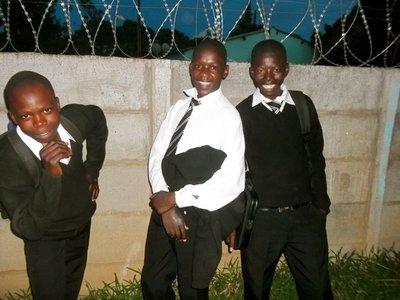 Dei tre gutane: Gategutane Blessed, Bailey og Tafadzwa har kvar si sterke historie. No har Lene Rodegård sørgd for at dei får skulegang og det dei måtte trenge av klede og bøker.