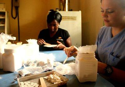 Hiv-medisin: Sjukepleiar Lene Rodegård frå Rukkedalen var åtte veker i Zimbabwe nyleg. Åtte veker som forandra alt. Her pakker ho hiv-medisin i lag med ein lokal sjukepleiar.