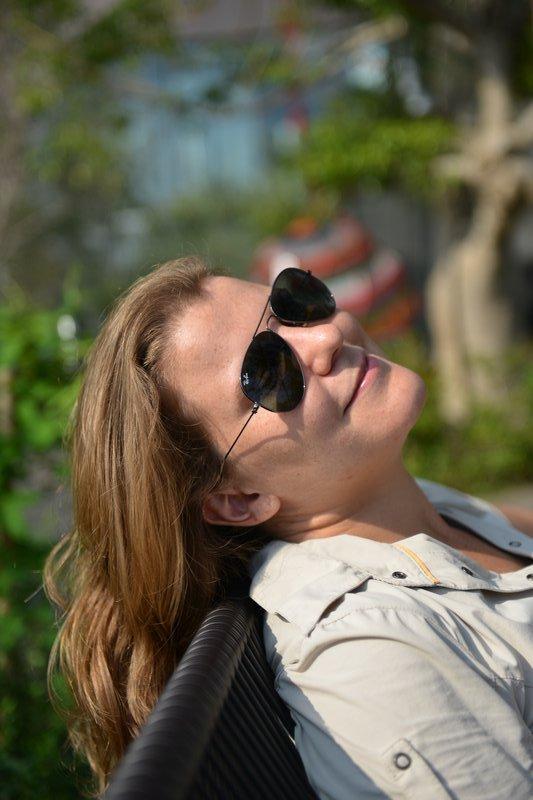Dans un espace vert en haut d'un mall sur Ometansando les Champs Elysées japonais, Ève profite d'une petite pause bien mérite !
