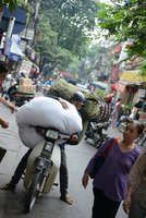 A Hanoi, tant que tu vois la route tu peux charger le scooter!!