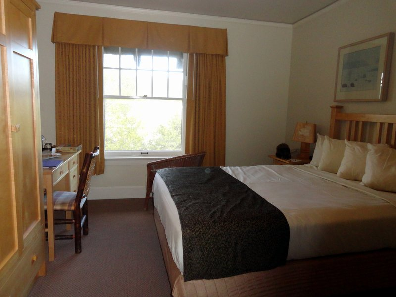 300 Dollar Room