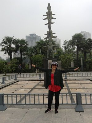 At Xi'an Museum gaarden with a statue of a Mother shouldering her children - a mother's sacrifice for her children.