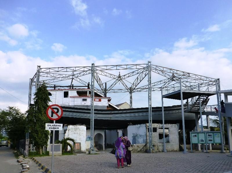 Boat on a house aftermath of tsunami at Gampong lampulo. 180114