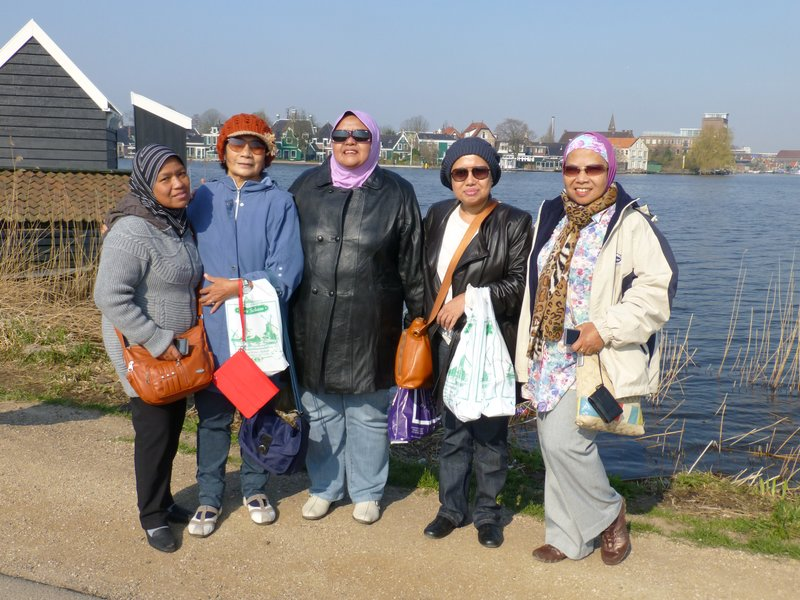 left- Shima, me, Norlia, Akmar and Liza at Zaanse Schans. 220413