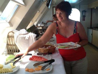 Fris fruit na een heerlijk warm buffet op de boot