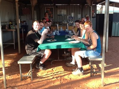 Ontbijt op Aboriginal camping in Wallace Rockhole