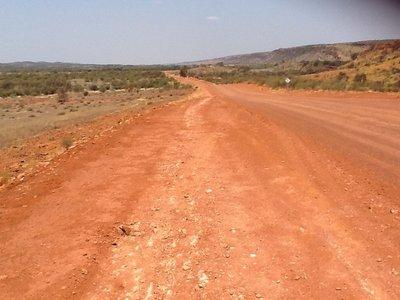 Op weg naar Wallace Rockhole 350 km langs deze Mereenie Loop Road, zandgrond dus.....geen levende ziel te bespeuren