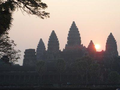 Angkor Wat at sunrise (zoom)