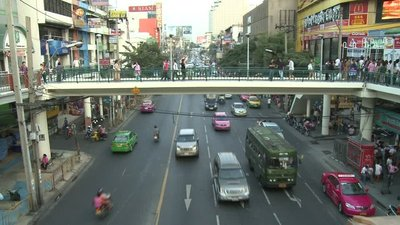 Bangkok_pe..over_bridge.jpg