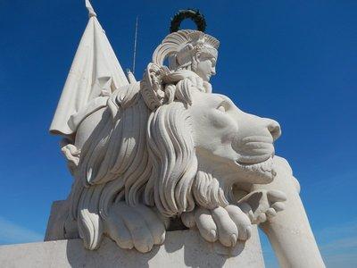 Statue on top of the Arco Triunfal da Rua Augusta