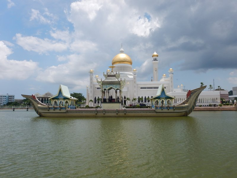 Royal barge and the Sultan Omar Ali Saifuddien Mosque