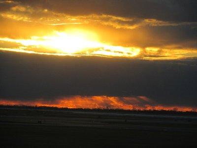 Sonnenuntergang am Rollfeld