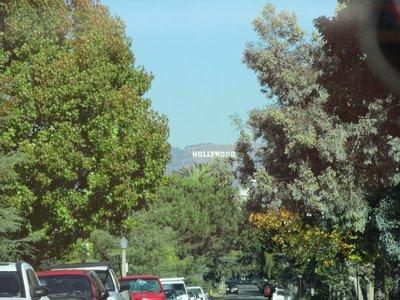 Straße mit Blick auf Hollywood Schild in Beverly Hills
