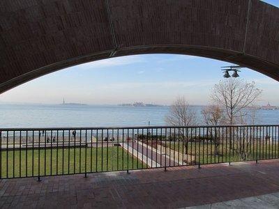 Statue of Liberty und Ellis Island von der Promenade aus