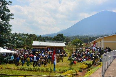 Feestje onderweg in het noorden van Rwanda. Een vulkaan op de achtergrond
