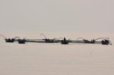 Drie visserboten aan elkaar in Lake Kivu