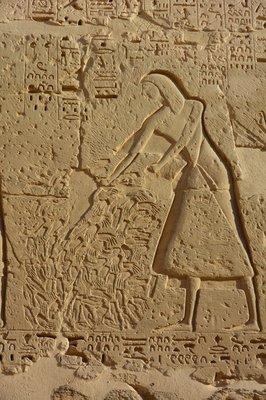 Egypte--Luxor-Medinat Habu tempel-handenoogst