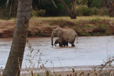 Noord Kenia-- moeder met kind