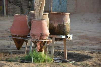 Wadi Halfa --waterkruiken langs de weg