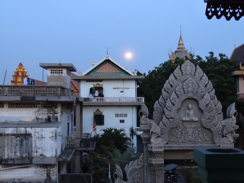 Watching the Budding Moon rise over Wat Langka while sipping fresh pomelo juice