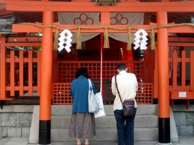 Couple praying at shrine - Fushimi Inari.