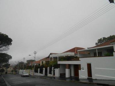 Der Tafelberg hinter Winterwolken